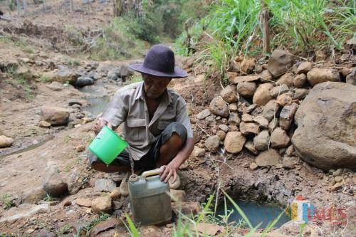 Kekeringan, Warga Jombang Cari Air di Sungai yang Mengering