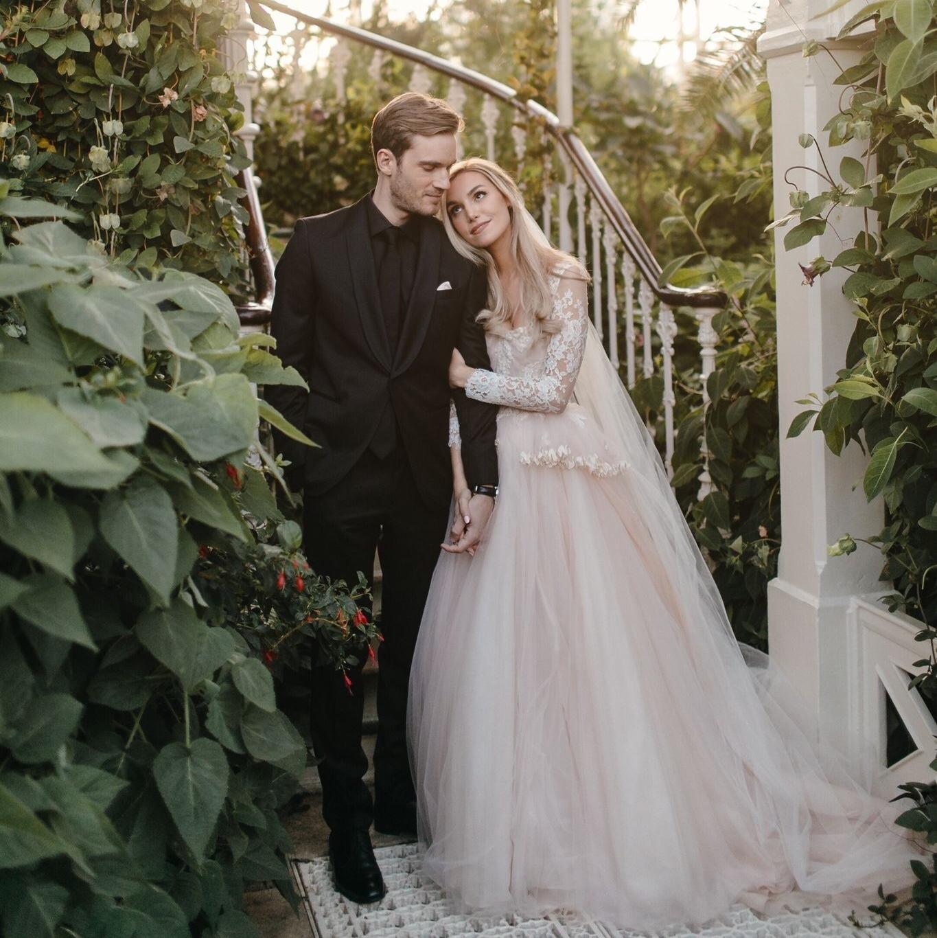 Momen�PewDiePie menikah dengan�Marzia Bisognin di�di Kew Gardens London Barat. (Foto: twitter�PewDiePie)