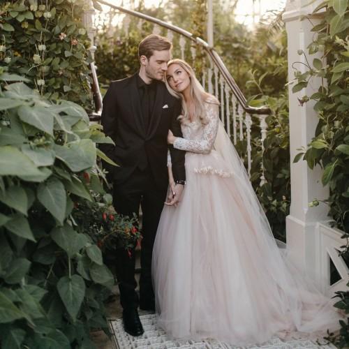 MomenPewDiePie menikah denganMarzia Bisognin didi Kew Gardens London Barat. (Foto: twitterPewDiePie)
