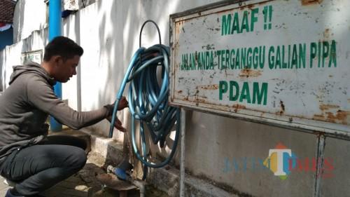 Pasokan air PDAM masih normal meski sumber airnya menyusut. (foto : Joko Pramono/Jatim Times)