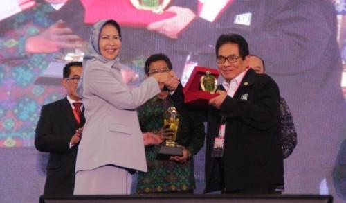 Wali Kota Batu Dewanti Rumpoko bertukar cenderamata dengan Ketua Umum IKPI M Soebakir. (Foto: Dokumen MalangTIMES)
