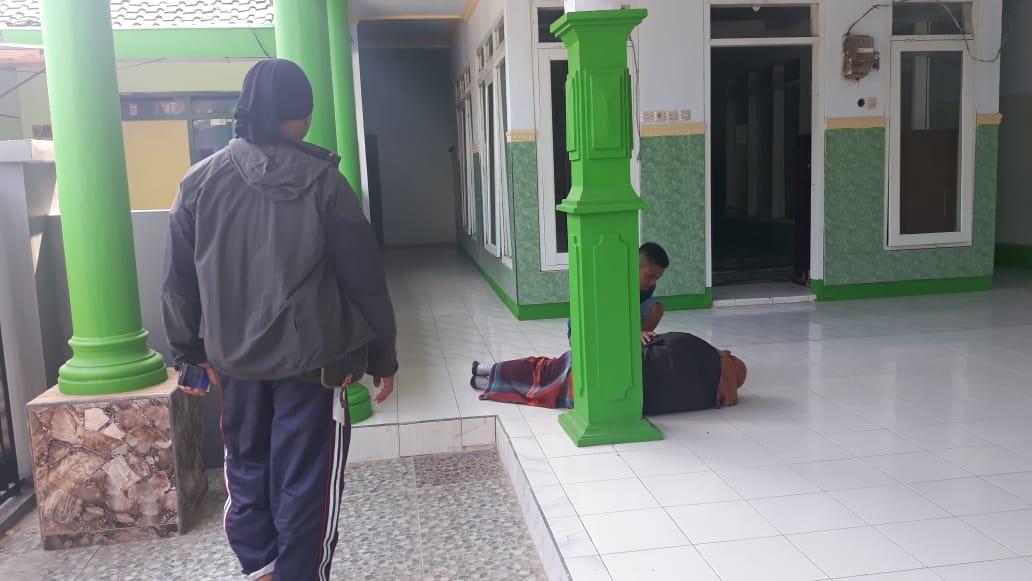 Proses penjemputan sekaligus penyerahan pelaku pencabulan kepada pihak keluarganya (Foto : Camat Karangploso for MalangTIMES)
