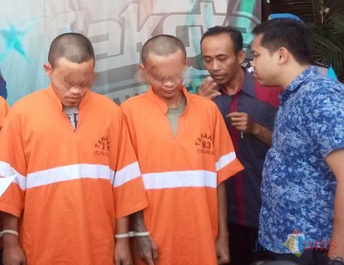Dua pelaku curanmor yang berhasil ditangkap polisi. (Anggara Sudiongko/MalangTIMES)