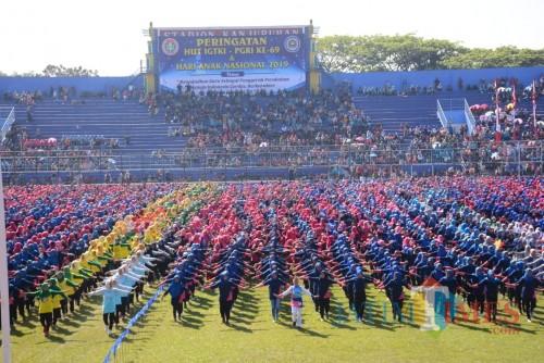 Puluhan ribu peserta Hari Anak Nasional sekaligus HUT ke 69 IGTKI - PGRI saat melakukan senam massal Meraih Bintang dan Kreasi Anak Indonesia (Foto : Ashaq Lupito / MalangTIMES)