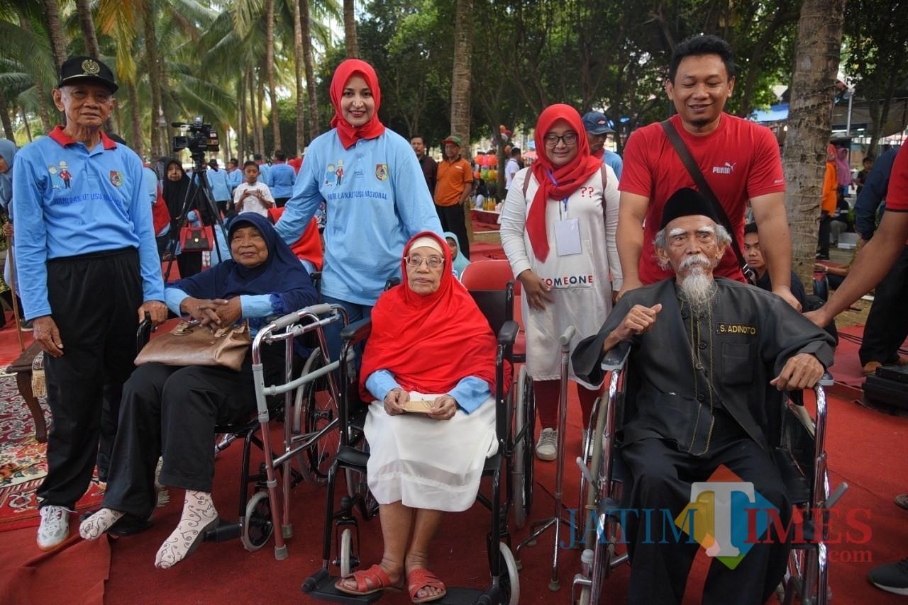Bupati Jember dr Hj Faida MMR bersama lansia pada sebuah acara di Alun-Alun Jember.(foto : dok / Jatim TIMES)