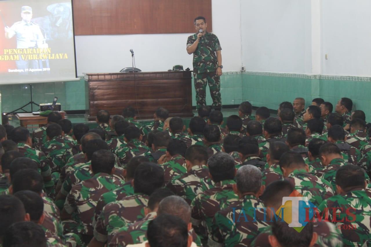 Dandim 0808/Blitar Letkol Inf Kris Bianto saat memberikan arahan kepada anggotanya.(Foto : Aunur Rofiq/BlitarTIMES)
