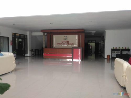 Kantor DPRD Lumajang masih tampak sepi (Foto : Moch. R. Abdul Fatah / Jatim TIMES)