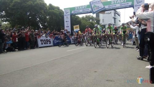 Peserta balap sepeda Tour de Indonesia saat diberangkatkan dari halaman Pemkab Jember (foto : Moh. Ali Makrus / JatimTIMES)