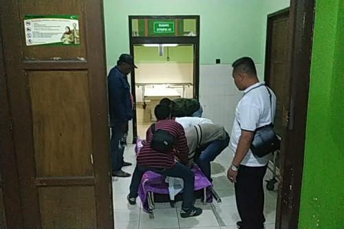 Jenazah korban penganiayaan saat tiba di kamar mayat RSSA Malang untuk diotopsi guna kepentingan penyidikan. (Foto : Istimewa)