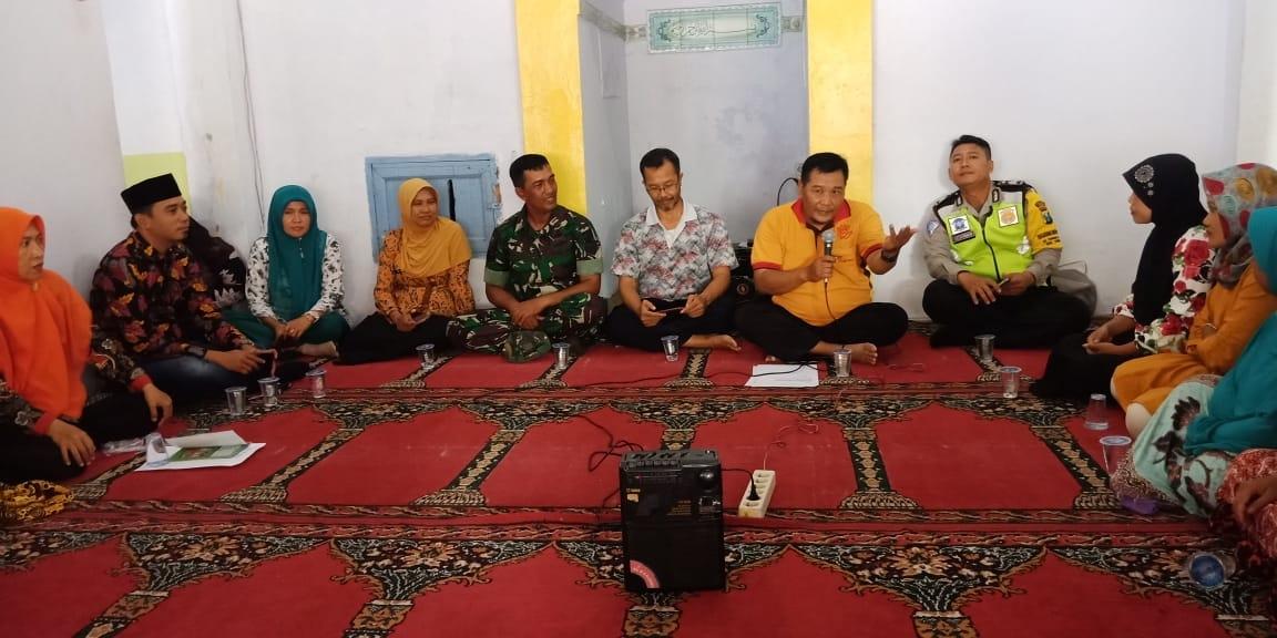 Petugas Dinas Kesehatan Jember saat melakukan sosialisasi hidup sehat di Dusun Krajan Kamaran, Desa Tanggul Kulon. (foto : P Suwito N / Jatim TIMES)