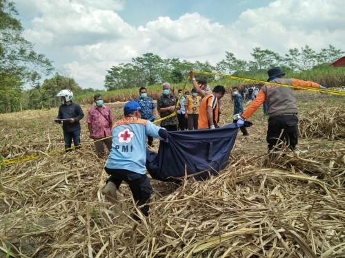 Petugas saat mengevakuasi jenazah korban yang masih berstatus Mr X ke kamar mayat RSSA Malang. (Foto : PMI Kabupaten Malang for MalangTIMES)