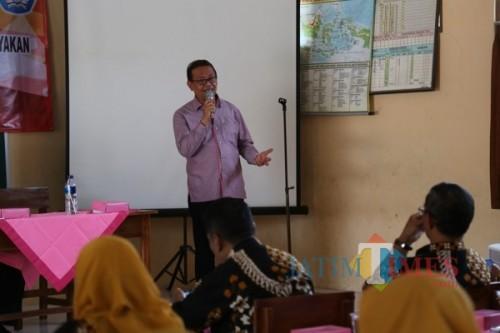 Kepala Bakesbangpol, Drs. H. Mujahid saat memberikan pembinaan terhadap para guru SD. (Eko Arif S /JatimTIMES)