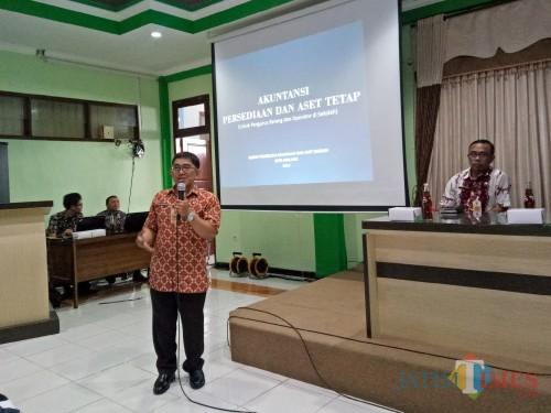 Dani Kristianto dari BPKAD Kota Malang saat memberikan materi dalam Bimtek Penyusunan Laporan Keuangan dan Aset Daerah melalui Aplikasi Simbada. (Foto: Imarotul Izzah/MalangTIMES)