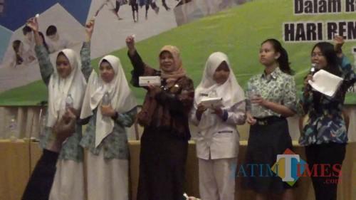 Suasana para remaja sekolah meminum tablet tambah darah dalam acara Youth Sharing Session Dinkes Kota Malang (Arifina Cahyanti Firdausi/MalangTIMES)
