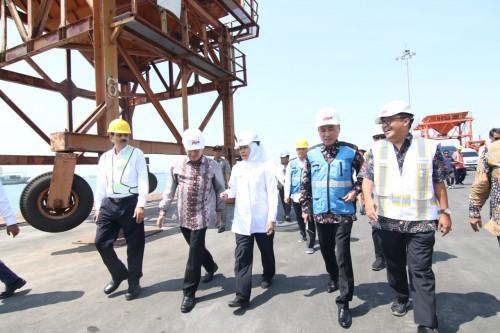 Gubernur Khofifah saat mengunjungi JIIPE di Gresik