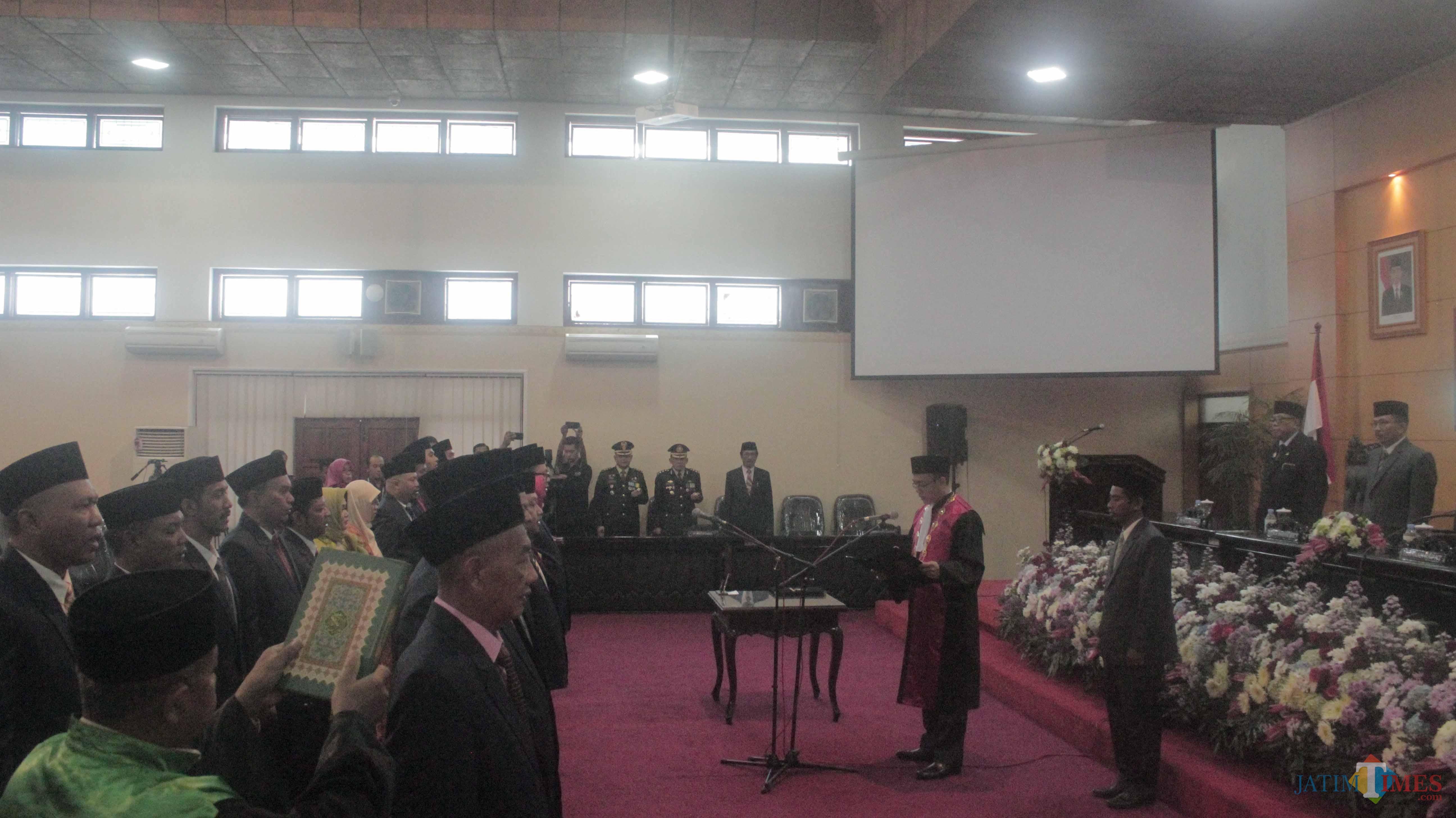 Anggota DPRD Kota Blitar periode 2019-2024 mengambil sumpah janji.(Foto : Aunur Rofiq/BlitarTIMES)