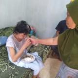 Kondisi nenek Muntiyah penyandang tunanetra di Jombang saat dirawat oleh salah seorang tetangganya. (Foto : Adi Rosul / JombangTIMES)
