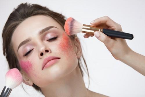 Penggunaan blush on pada tulang pipi. (Foto: istimewa)