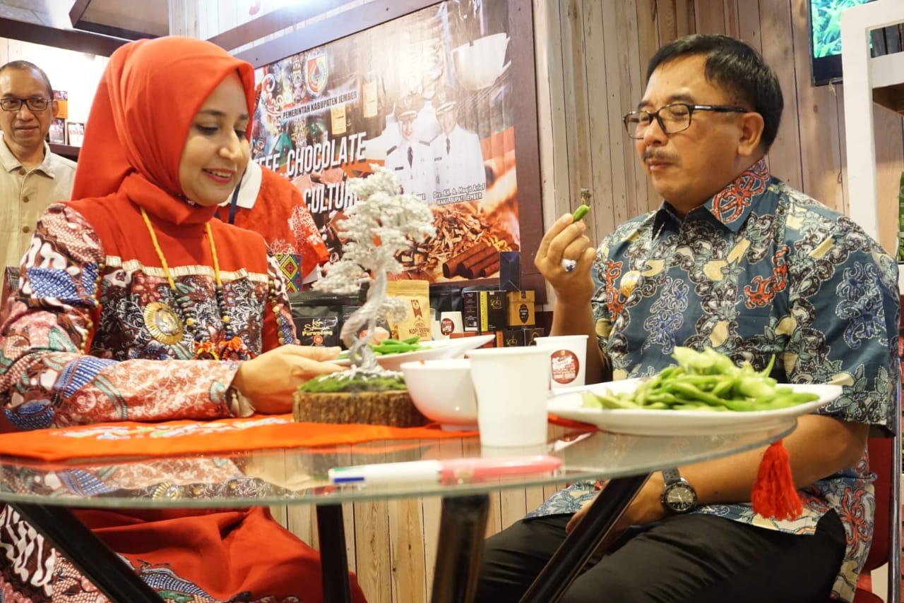 Bupati Jember dr Faida MMR (kiri) bersama dengan Wali Kota Balikpapan Rizal Efendy saat menikmati camilan khas Jember di pameran produk Indonesia 2019. (foto : Lum Lawalata / Jatim TIMES)