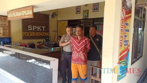 Pelaku saat digiring petugas dari Mapolsek Kencong (foto : R Ulum / JatimTIMES)