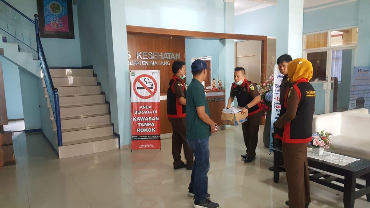 Petugas Kejari Kepanjen saat melakukan penggeledahan di Kantor Dinkes Kabupaten Malang (Foto : Istimewa)