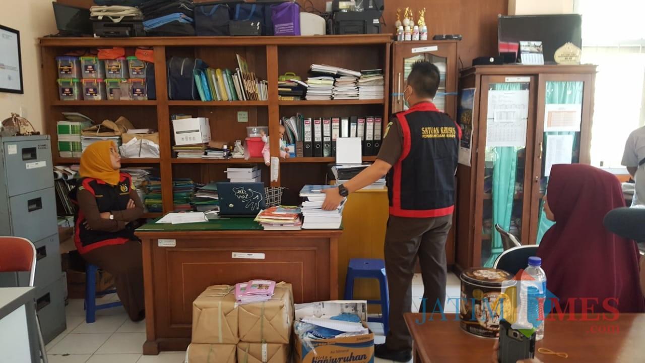 Petugas Kejari Kepanjen saat melakukan penggeledahan di Kantor Dinkes Kabupaten Malang (Foto : Dokumen MalangTIMES)