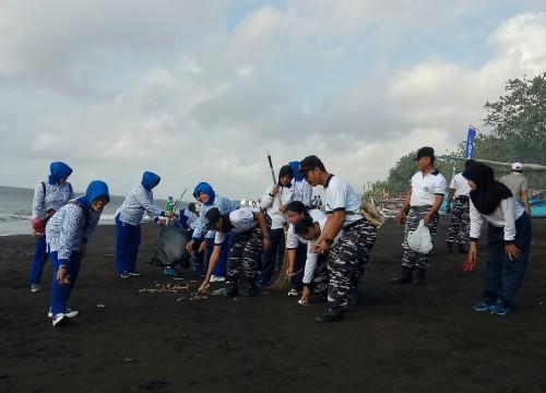 Peduli Kebersihan Laut, Puluhan Orang Aksi Bersih Sampah di  Ketapang