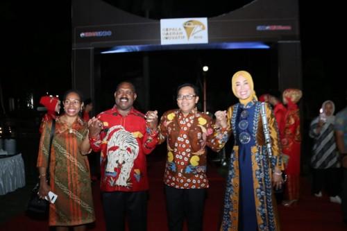 Wali Kota Malang Sutiaji (dua dari kanan) dan Bupati Puncak Papua Willem Wandik (dua dari kiri)  berjabat tangan penuh damai dalam acara  awarding Kepala Daerah Inovatif di Padang.(Foto: Humas Pemkot Malang)
