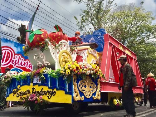 Replika jembatan kali lanang dan buah stroberi di karnaval umum Kota Batu,Sabtu (24/8/2019). (Foto: Irsya Richa/MalangTIMES)