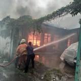 Pemadam kebakaran berusaha memadamkan kobaran api yang melalap rumah Tesilawati / Foto : Istimewa / Tulungagung TIMES