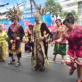 Cantiknya Wali Kota Batu Dewanti Rumpoko Saat Kenakan Pakaian Sunda Modifikasi di Karnaval Umum Kota Batu