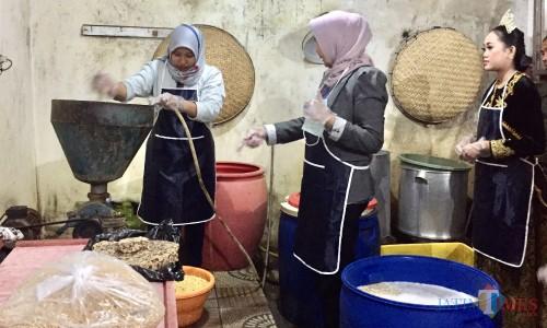 Wali Kota Batu Dewanti Rumpoko (tengah) saat akan mencoba proses penggilingan kacang kedelai di Omah Tempedi Dusun Karangjambe,Desa Beji, Kecamatan Junrejo,Jumat (23/8/2019) malam. (Foto: Irsya Richa/MalangTIMES)