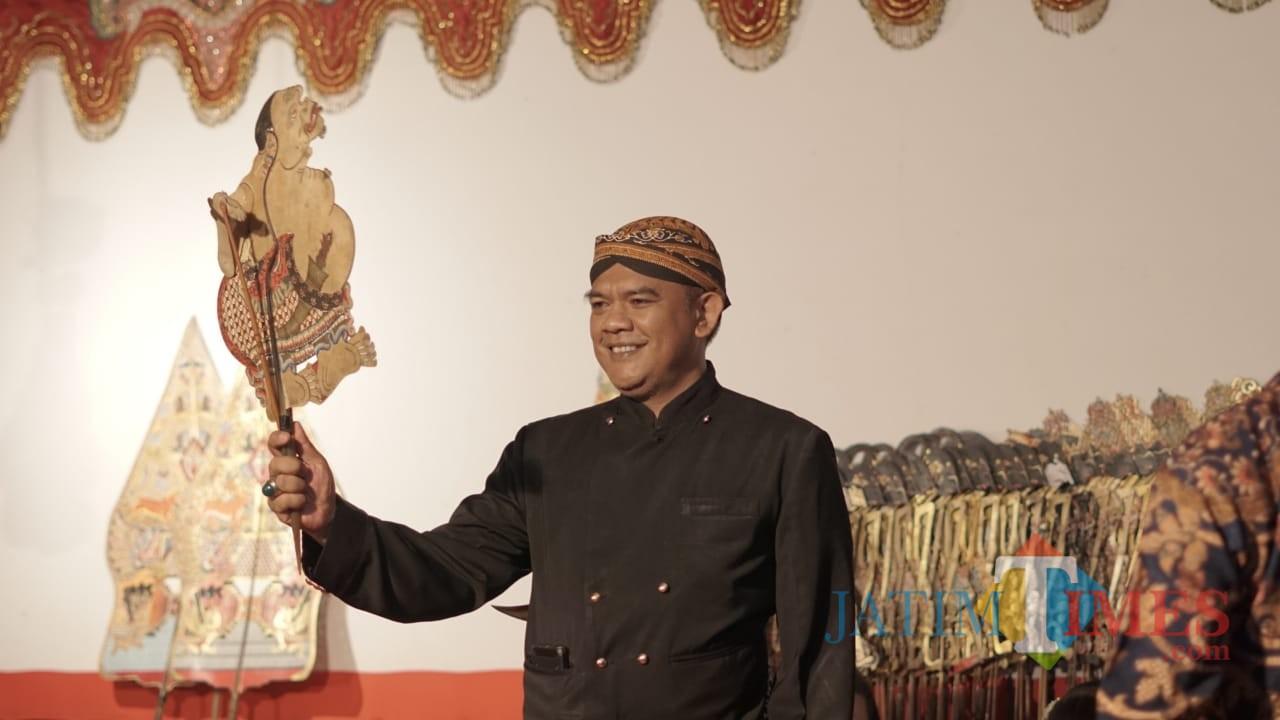 Suhendro Winarso dalam sebuah pertunjukan pagelaran wayang (Foto : Malik Naharul/BlitarTIMES)