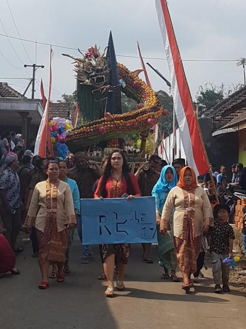 Suasana kemeriahan event bersih desa yang dihiasi kreasi tumpeng berbentuk naga saat acara sedekah bumi berlangsung (Foto : Istimewa)