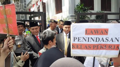 Aksi damai digelar di kawasan Gedung DPRD Kota Malang bersamaan dengan proses penetapan anggota DPRD Kota Malang periode 2019-2024 (Pipit Anggraeni/MalangTIMES).