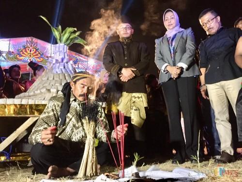Ritual sebelum dilakukannya sedekah rakyat oleh tokoh masyarakat dalam Festival Beji Kampung Tempe di lapangan Beji, Desa Beji, Kecamatan Junrejo, Jumat (23/8/2019) malam. (Foto: Irsya Richa/MalangTIMES)