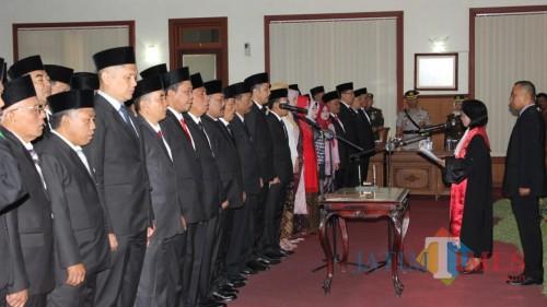 pengambilan sumpah janji anggota dewan yang baru oleh ketua Pengadilan Negeri Tulungagung, Marice Dillak (foto : Dok Humas DPRD)