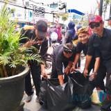 Sambil Malu-Malu, ASN Eselon III dan IV Punguti Sampah Karnaval Kota Batu