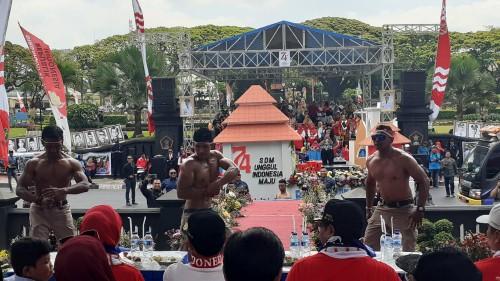 Beberapa pria dempal yang unjuk kemampuan dan menghibur panggung kehormatan dalam Festival Kendaraan Hias 2019 (Pipit Anggraeni/MalangTIMES)