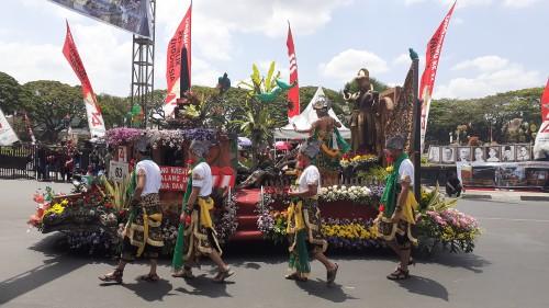 Kendaraan Hias DPMPTSP Kota Malang yang meluju menghibur serta mengedukasi masyarakat terkait perizinan dalam Festival Kendaraan Hias 2019, Minggu (25/8/2019) (Pipit Anggraeni/MalangTIMES).