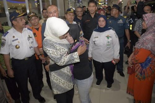 Gubernur Khofifah saat mengunjungi korban KM Santika Nusantara