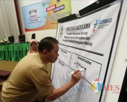 Didik Budi Muljono Sekda Kabupaten Malang saat menandatangani komitmen melawan stunting di wilayahnya (Nana)