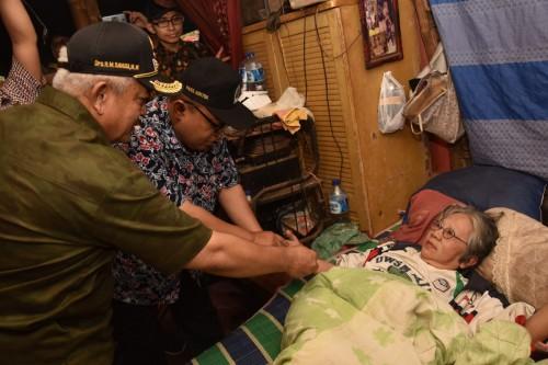 Plt Bupati Malang Sanusi saat melihat pasutri yang tinggal bersama hewan ternaknya dan sedang mengalami sakit stroke (Humas Pemkab Malang)