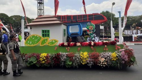 Kendaraan Hias Barenlitbang Kota Malang saat melaju dalam Festival Kendaraan Hias 2019 dan mengedukasi masyarakat tentang rencana Pemkot Malang dalam mengatasi kemacetan melalui replika transportasi massal yang tepajang rapi di dalamnya (Pipit/Malang