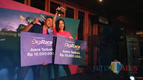 Bisma Kharisma dan Tya Mihoo saat menerima hadiah Digi Race Competition 2019 di Malang. (Foto: Nurlayla Ratri/MalangTIMES)