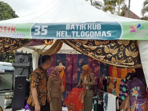 Salah satu pameran batik dari Kelurahan Tlogomas, di Festival Batik Ngalam 2019 (Arifina Cahyanti Firdausi/MalangTIMES)