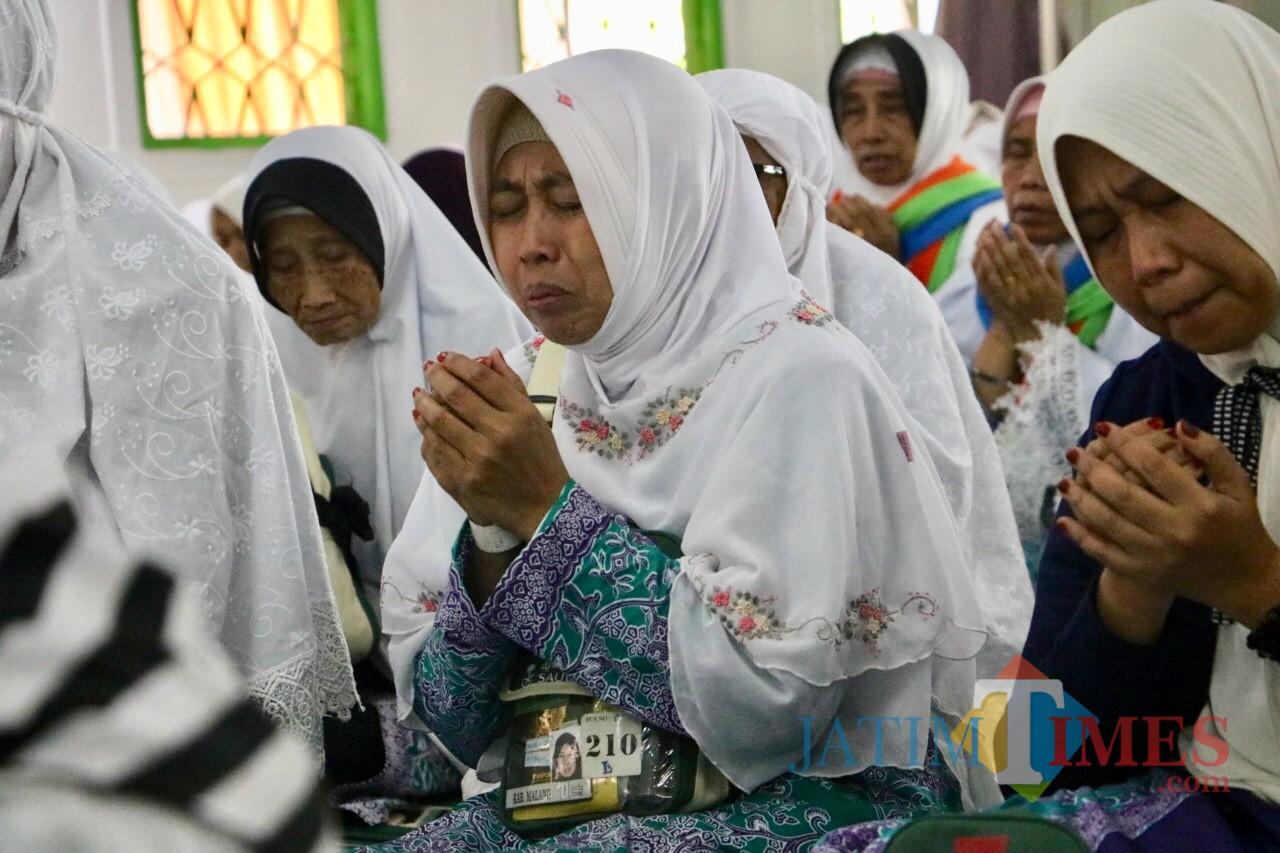 Suasana isak tangis jamaah haji di Masjid Sultan Agung, Kecamatan Batu Senin (26/8/2019).