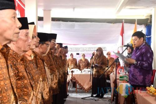 Walikota Kediri Abdullah Abu Bakar saat mengukuhkan para pengurus baru PWRI. (eko Arif s /JatimTimes)