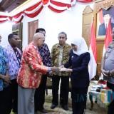 Gubernur Khofifah Terima Gelar Mama dari Pendeta Papua, Simbol Persaudaraan Papua- Jatim Terjaga