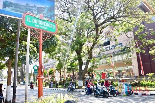 Papan nama di Jalan Diponegoro, Kecamatan Batu, Kota Batu.